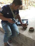Dédé travaille le bambou- réalisation de portes savon et de gobelets