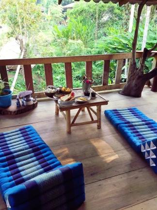 """La terrasse de la homestay """"la maison"""" et sa vue sur la végétation luxuriante du jardin. Province de Chiang Rai- Thaïlande du nord"""